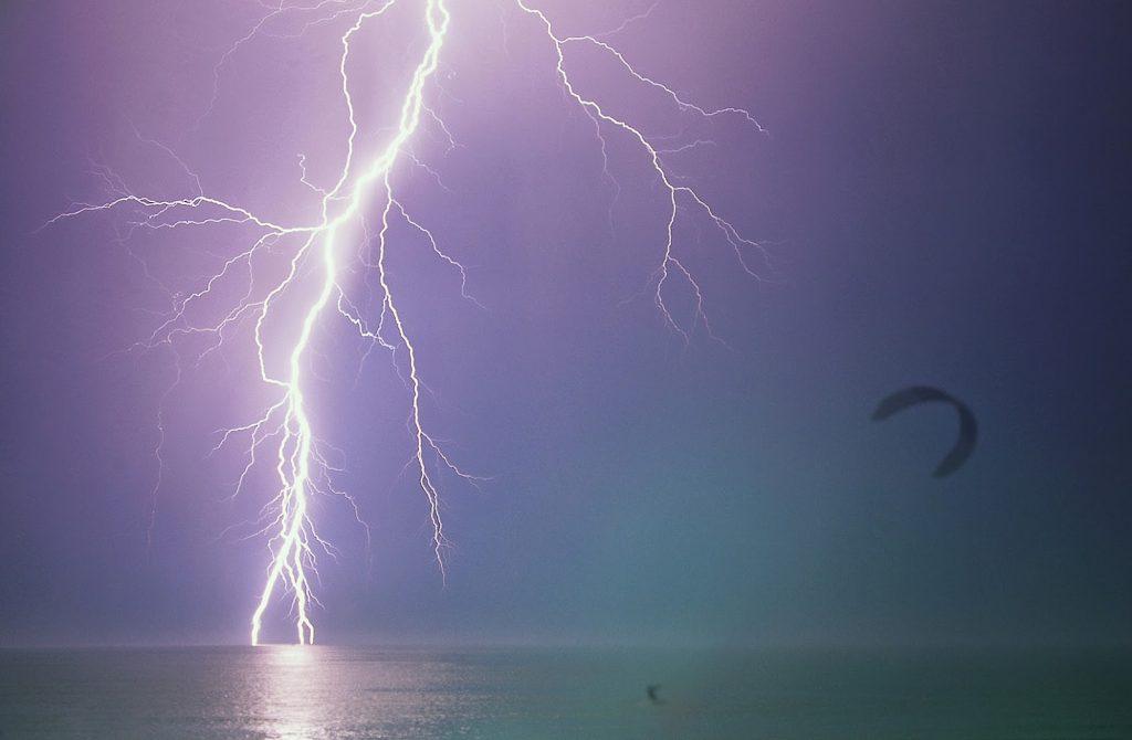 onweer-kitesurfer